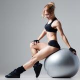 Forme physique avec la boule de gymnase Image stock