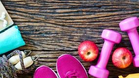 Forme physique, consommation saine et modes de vie actifs concept, haltères Photo stock