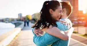 Forme physique d'amis formant ensemble sain actif dehors vivant photo libre de droits