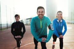 Forme physique d'amis formant ensemble sain actif dehors vivant Photos stock
