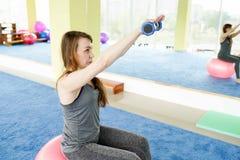 Forme physique de femme Fermez-vous de l'exercice faisant supérieur de belle femme caucasienne dans le gymnase Style de vie sain photo libre de droits