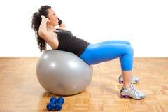 Forme physique de fille s'exerçant sur une bille Image libre de droits