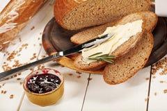 Forme physique de pain avec du beurre et la confiture de blé Image libre de droits