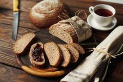 Forme physique de pain avec du blé et la confiture photos stock