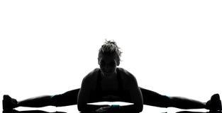 Forme physique de séance d'entraînement de femme étirant des fractionnements images libres de droits