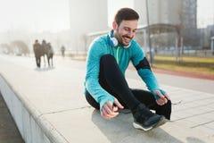 Forme physique de sportif s'exerçant tout en courant et pulsant extérieur photo stock