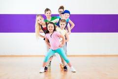 Forme physique de Zumba de train d'enfants à l'école de danse image stock