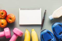 Forme physique et concept actif sain de fond de mode de vie Dumbbel Images stock