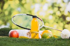 Forme physique et concept d'équipement et de nourriture biologique de sport photo stock