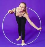 Forme physique et concept de gymnase - jeune femme sportive avec le cercle de danse polynésienne au gymnase Un déjeuner sec dans  Image libre de droits