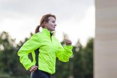 Forme physique et concepts sains de mode de vie Athlète féminin Having Running Exercise dehors images libres de droits