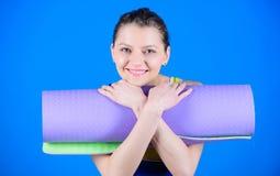 Forme physique et ?tirage ?tirage des muscles Entrer dans la cannelure de yoga Yoga comme passe-temps et sport Concept de classe  photos libres de droits