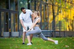 Forme physique Exercice personnel de femme de Takes Notes While d'entraîneur extérieur photographie stock