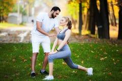 Forme physique Exercice personnel de femme de Takes Notes While d'entra?neur ext?rieur photos stock