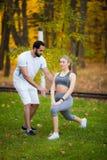 Forme physique Exercice personnel de femme de Takes Notes While d'entra?neur ext?rieur image stock