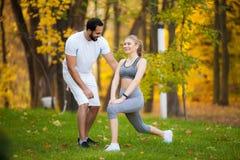 Forme physique Exercice personnel de femme de Takes Notes While d'entra?neur ext?rieur images libres de droits