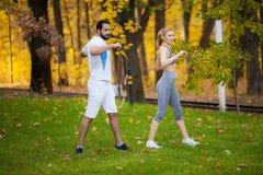Forme physique Exercice personnel de femme de Takes Notes While d'entra?neur ext?rieur photos libres de droits