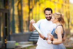Forme physique Exercice personnel de femme de Takes Notes While d'entra?neur ext?rieur photographie stock