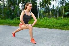 Forme physique Femme étirant la préparation pour courir Sports, s'exerçant, images stock