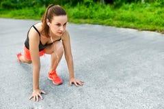 Forme physique Femme étirant la préparation pour courir Sports, s'exerçant, photos stock