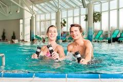 Forme physique - gymnastique sous l'eau dans la piscine Images libres de droits