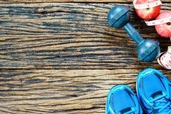 Forme physique, modes de vie actifs concept, haltères de consommation saine Photographie stock