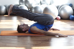 forme physique - pilates de pratique d'homme Photo libre de droits