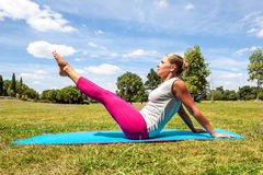 Forme physique pour la jeune femme établissant pour garder l'extérieur convenable image stock