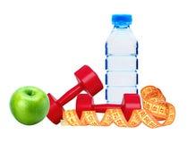 Forme physique rouge d'haltères, pomme verte, bouteille de l'eau et mesure Photographie stock libre de droits