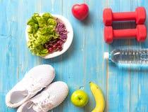 Forme physique saine d'équipement de sport de mode de vie, espadrilles, pomme verte, eau douce et nourriture saine sur le fond en Photo stock