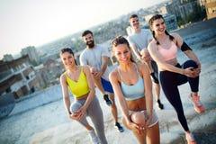 Forme physique, sport, amiti? et concept sain de mode de vie Groupe d'exercice heureux de personnes photo stock