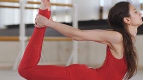 Forme physique, sport et concept sain de mode de vie - femme faisant l'exercice de yoga au studio clips vidéos