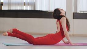 Forme physique, sport et concept sain de mode de vie - femme faisant l'exercice de yoga au studio banque de vidéos