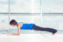 Forme physique, sport, formation et concept de personnes - femme de sourire faisant des exercices abdominaux sur le tapis dans le image libre de droits