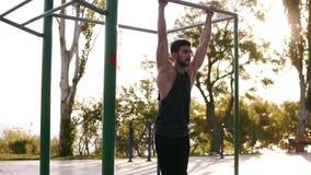 Forme physique, sport, formation et concept de personnes - homme barbu fort faisant des exercices de jambes tout en accrochant su banque de vidéos