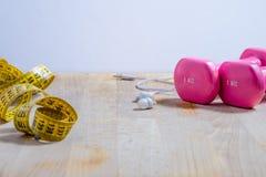 Forme physique, une vie immobile avec des poids et ruban métrique Photographie stock libre de droits