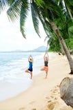 Forme physique Yoga de pratique de couples sur la plage s'exercer sports St photographie stock libre de droits