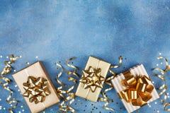 Forme presentes ou apresente caixas com curvas douradas na opinião superior do fundo pastel cor-de-rosa Configuração lisa para o  imagens de stock royalty free