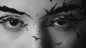 Forme a primer el retrato de la cámara lenta de la hembra modelo con un maquillaje creativo asombroso metrajes