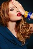 Forme a primer rubio elegante atractivo con los labios rojos Fotos de archivo libres de regalías