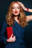 Forme a primer rubio elegante atractivo con los labios rojos Foto de archivo libre de regalías
