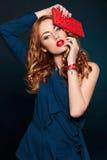 Forme a primer rubio elegante atractivo con los labios rojos Foto de archivo