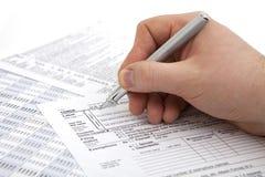 Forme remplissante d'impôt sur le revenu Photos stock