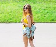 Forme a retrato de vestir consideravelmente fresco da menina óculos de sol Fotos de Stock