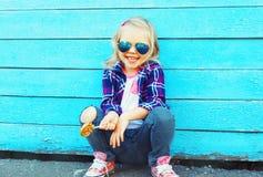 Forme a retrato el niño sonriente feliz de la niña con una piruleta Fotos de archivo libres de regalías