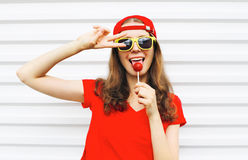 Forme a retrato la muchacha fresca con la piruleta que se divierte sobre blanco Foto de archivo libre de regalías