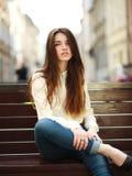 Forme a retrato la muchacha urbana elegante que presenta en la calle vieja de la ciudad Fotos de archivo