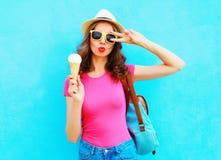 Forme a retrato la mujer joven fresca con helado sobre azul colorido Imágenes de archivo libres de regalías