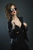 Forme a retrato a mulher nova da beleza disparada na BG escura Imagem de Stock Royalty Free