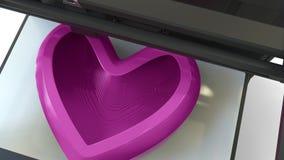Forme rose en plastique de coeur d'impression avec une imprimante 3D, rendu 3D Image stock